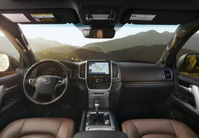 salon-Toyota-Land-Cruiser-200-2016-goda.jpg