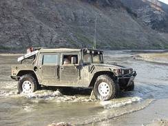 im244-320px-Hummer_H1_mud_1.jpg